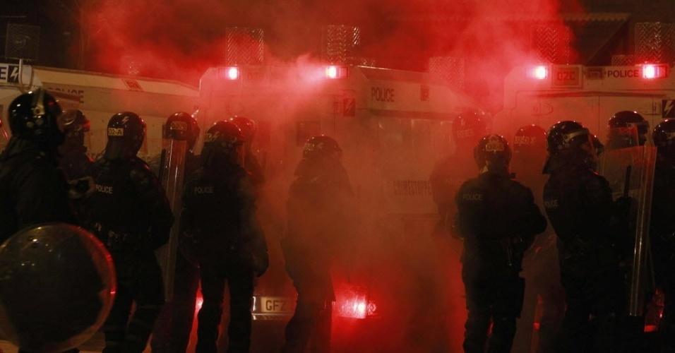 05.set.2012 - A noite desta terça-feira (4) foi marcada por confrontos entre jovens católicos e protestantes e a polícia na capital da Irlanda do Norte, Belfast. Os distúrbios começaram no último domingo e deixaram dezenas de feridos