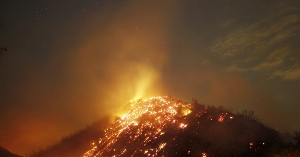 05.set.2012 - Bombeiros ainda tentam nesta quarta-feira (5) conter incêndio que atinge Floresta Nacional de Los Angeles, na Califórnia (EUA), desde o último domingo (2)