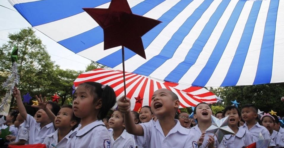 05.set.2012 - Crianças participam de cerimônia de abertura do ano letivo na escola Thuc Nghiem, em Hanoi, no Vietnã, nesta quarta-feira (5). O país tem cerca de 22 milhões de estudantes, informam jornais locais