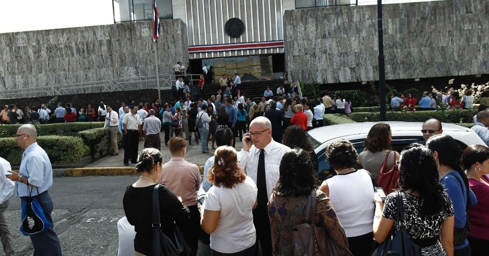 05.set.2012 - Movimentação em frente ao prédio da Suprema Corte em San José, na Costa Rica. Dezenas de pessoas foram  evacuadas do local devido a um terremoto de magnitude 7,9 registrado na capital, nesta quarta-feira (5). Outros prédios também foram esvaziados, mas não houve registro de vítimas ou danos