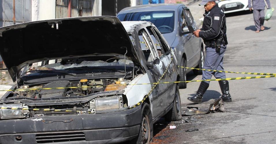 05.set.2012 - Uma pessoa morreu carbonizada dentro de um carro na rua Gastão da Cunha, no bairro do Campo Belo, em São Paulo, na manhã desta quarta-feira (5). A polícia investiga as causas do incêndio no veículo