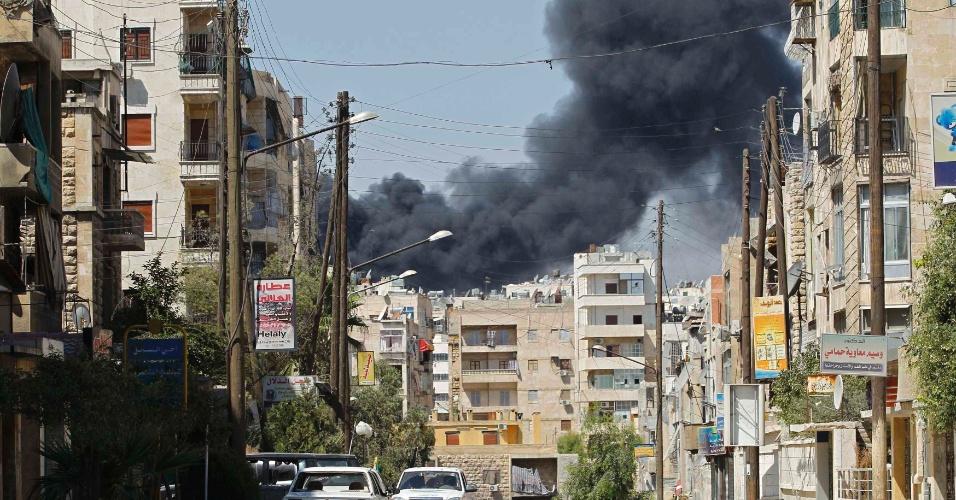05.set.2012 ? Coluna de fumaça em área residencial, na cidade de Aleppo, na Síria. Um avião da Força Aérea síria bombardeou o local nesta quarta-feira (5), deixando mais prédios e casas destruídos