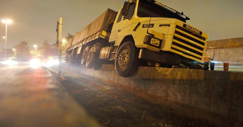 05.set.2012 ? O motorista de um caminhão perdeu o controle do veículo e subiu em uma mureta, na marginal Pinheiros, sentido Castello Branco, próximo ao Cebolão, em São Paulo, SP, na madrugada desta quarta-feira (5). Não houve feridos