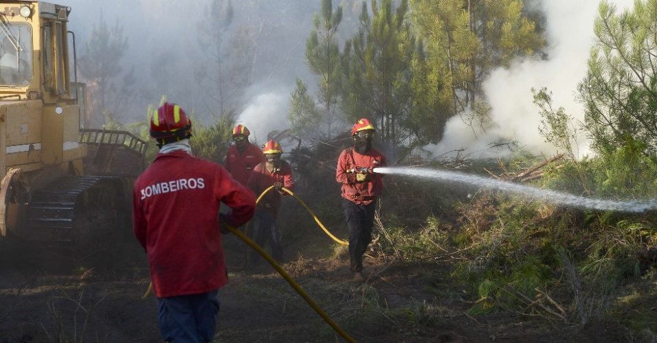5.set.2012 - Bombeiros trabalham para apagar um incêndio florestal em Bom Sucesso, Portugal, nesta quarta-feira (5). Para conter os fogos que castigam o norte e o centro do país, Portugal conta com a ajuda da França e da Espanha