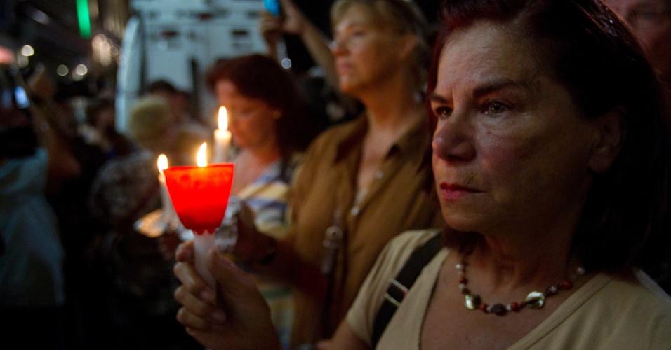 5.set.2012 - Canadenses participam, em Montreal, de uma vigília em homenagem às vítimas do tiroteio em um comício de vitória do separatista Parti Québécois.  A polícia disse que o suspeito do massacre é o proprietário de uma empresa de caça de armamento
