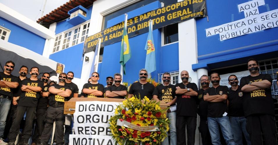 5.set.2012 - Com as bocas tapadas, policias federais realizam um funeral simbólico em Caruaru (PE), para reivindicar reajuste salarial  e a mudança do diretor geral do comando. A categoria segue em greve
