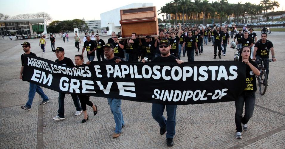 5.set.2012 - Em greve, servidores da Polícia Federal realizam novo protesto na Praça dos Três Poderes, em Brasília