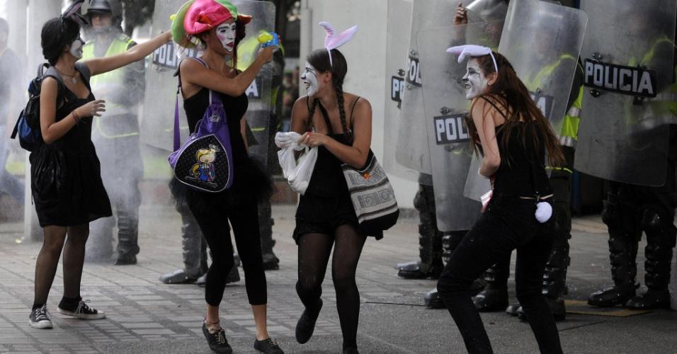 5.set.2012 - Estudantes e docentes participaram de um protesto pelas ruas de Medellín, na Colômbia, contra a privatização da educação no país