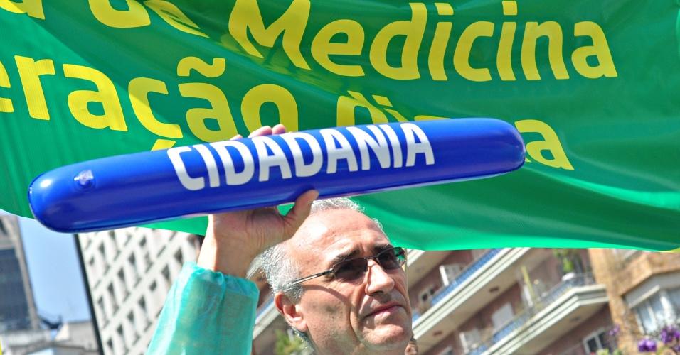 5.set.2012 - Médicos e profissionais ligados à saúde realizam marcha em São Paulo contra os baixos valores pagos pelas operadoras de planos de saúde por consultas e procedimentos