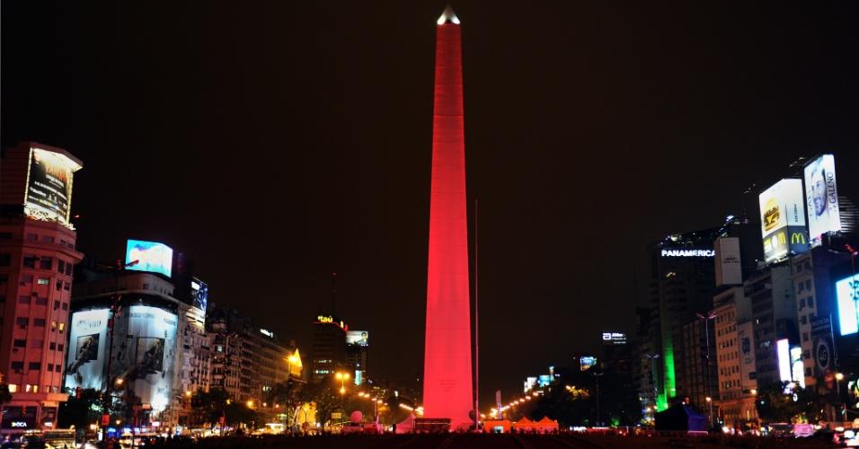 5.set.2012 - Obelisco da avenida 9 de Julho, em Buenos  Aires (Argentina), ganha iluminação vermelha em homenagem  a uma campanha teatral para prevenir doenças cardiovasculares