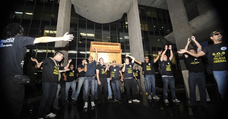 5.set.2012 - Policiais Federais em greve fazem manifestação na Esplanada dos Ministérios, em Brasília