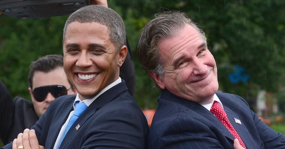 """5.set.2012 - Sósias dos candidatos à presidência dos Estados Unidos Mitt Romney e Barack Obama participam de um """"confronto"""" no Washington Square Park, em Nova York"""