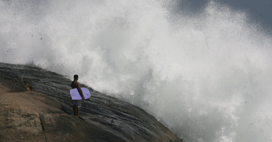 5.set.2012 - Surfista observa a ressaca do mar na praia do Arpoador, no Rio de Janeiro