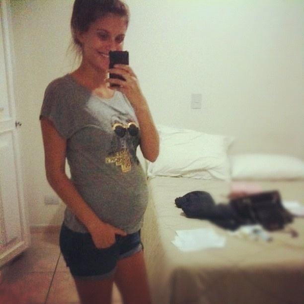 Carol Francischini aparece com barriga de sete meses de gravidez (3/9/2012)