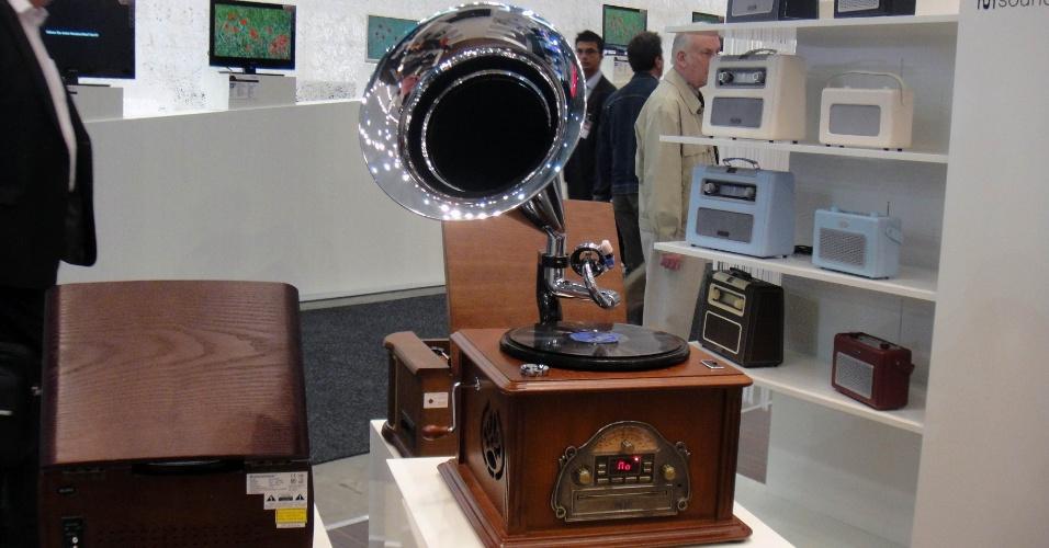 Direto do túnel do tempo para 2012: esses rádios da SoundMaster inspirados nos anos 60 não são de enfeite. Há dezenas de modelos que sintonizam estações AM/FM, além de tocar CD e MP3