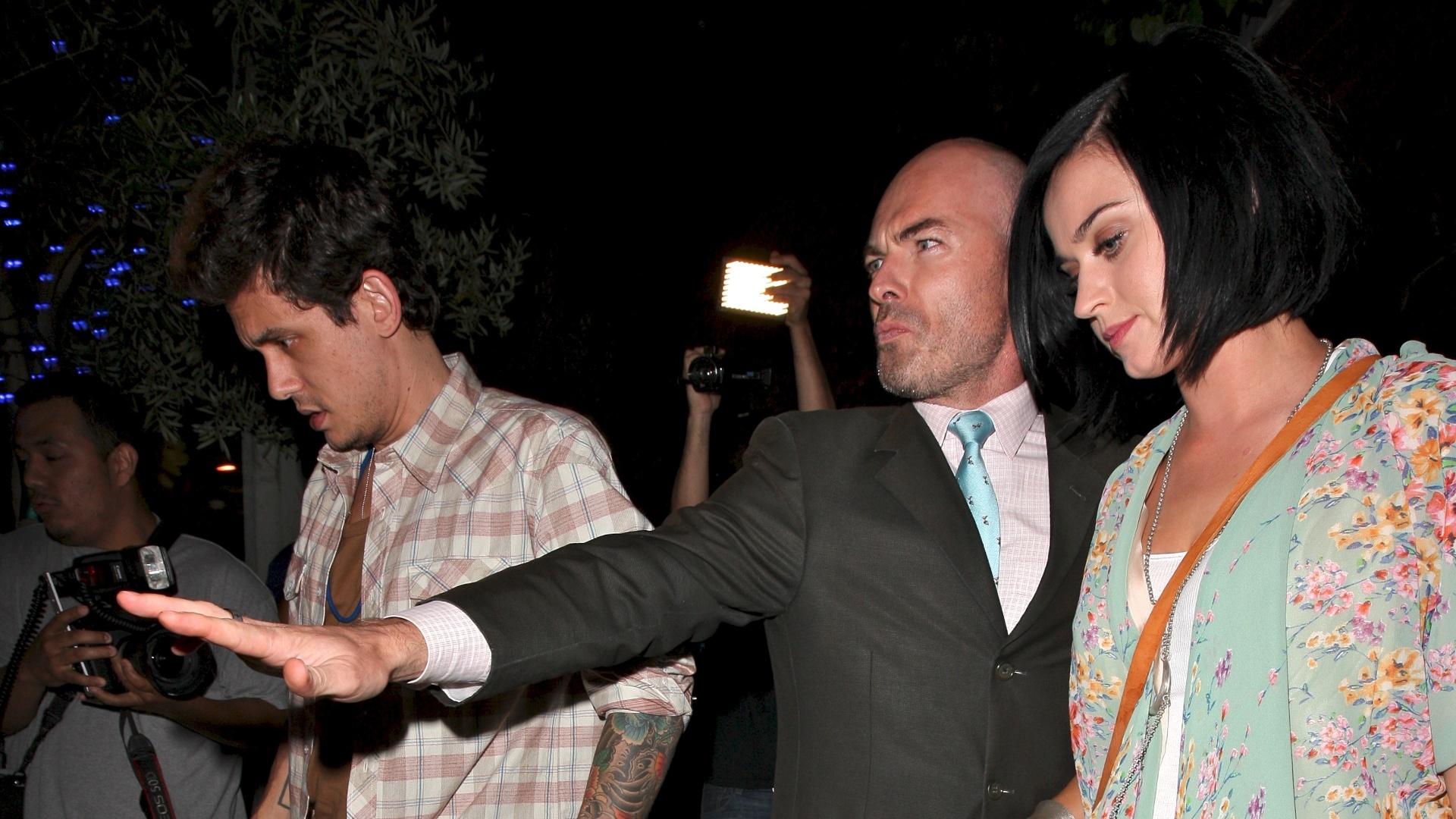 Katy Perry e John Mayer deixam restaurante escoltados por segurança (4/9/12)