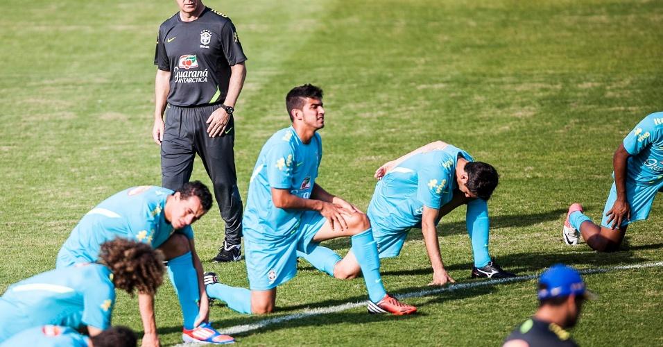 Mano Menezes observa jogadores da seleção fazerem alongamento antes de treino em Cotia