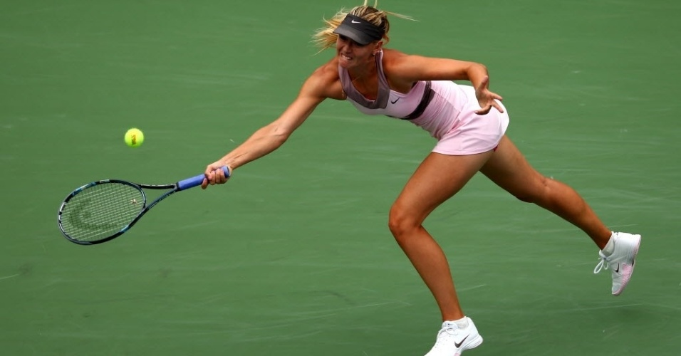 Maria Sharapova se estica para devolver contra a francesa Marion Bartoli durante vitria nas quartas de final do Aberto dos EUA