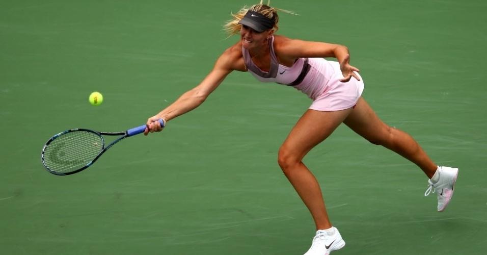Maria Sharapova se estica para devolver contra a francesa Marion Bartoli durante vitória nas quartas de final do Aberto dos EUA
