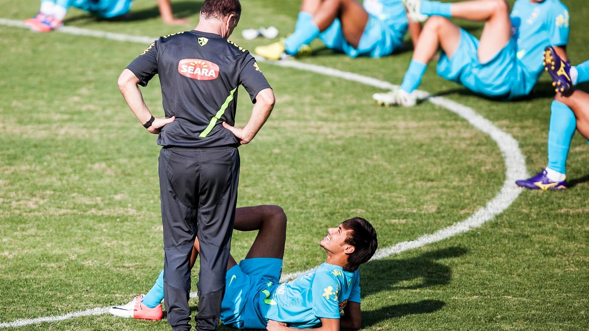Neymar e Mano Menezes tem conversa descontraída antes de treino da seleção