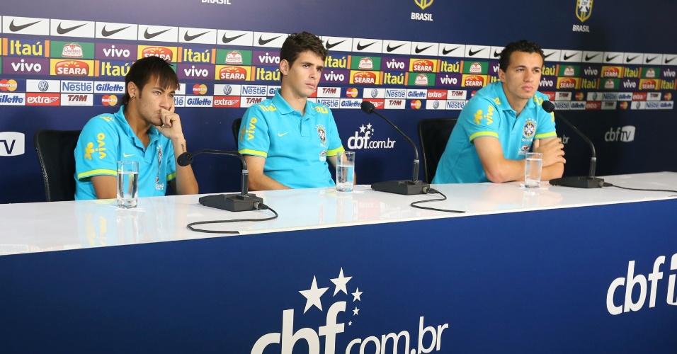 Neymar, Oscar e Leandro Damião ouvem perguntas dos jornalistas durante coletiva da seleção brasileira em Cotia