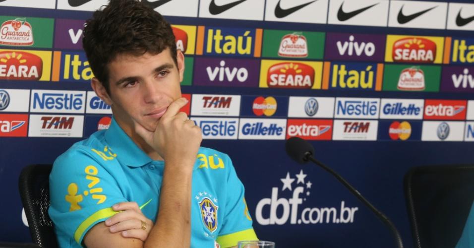 Oscar faz expressão de interesse durante coletiva da seleção antes do treino no CT de Cotia