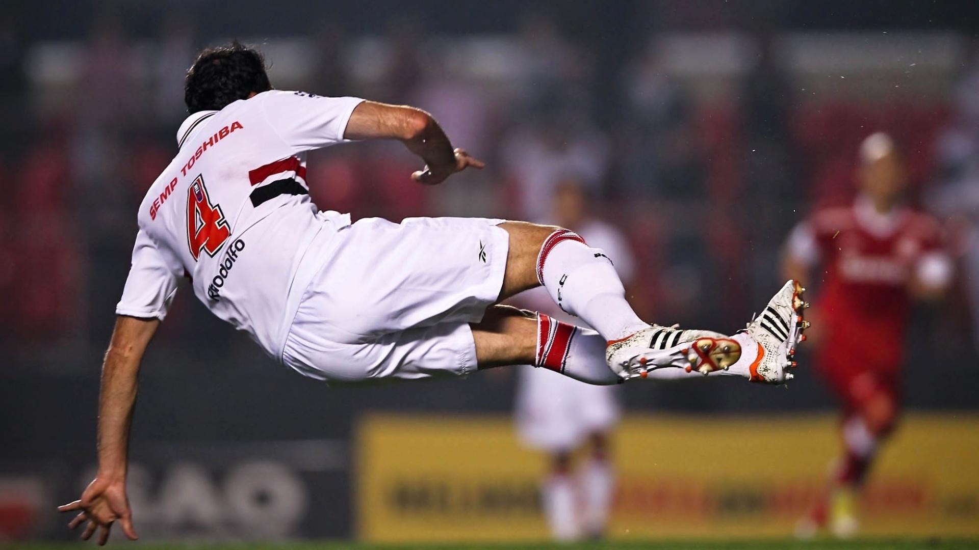 Rhodolfo cai no gramado do Morumbi após subir e cabecear a bola durante o jogo com o Inter