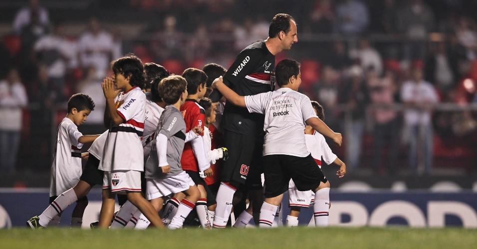 Rogério Ceni é cercado por crianças ao entrar no gramado do Morumbi para o jogo contra o Internacional