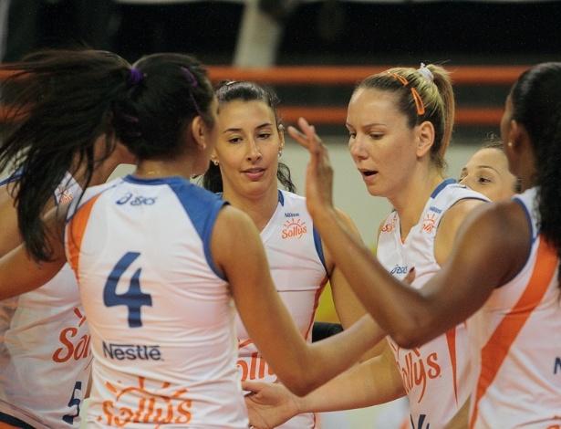 Sheilla comemora com as jogadoras do Sollys/Nestlé ponto durante a estreia no Sul-Americano de Clubes