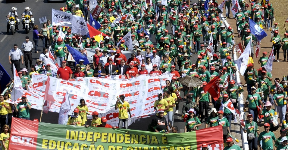 Trabalhadores da educação realizam uma marcha em Brasília, nesta quarta-feira (5). A categoria protesta contra uma proposta do governo de atrelar o cálculo do reajuste do piso do magistério ao Índice Nacional de Preços ao Consumidor (INPC)