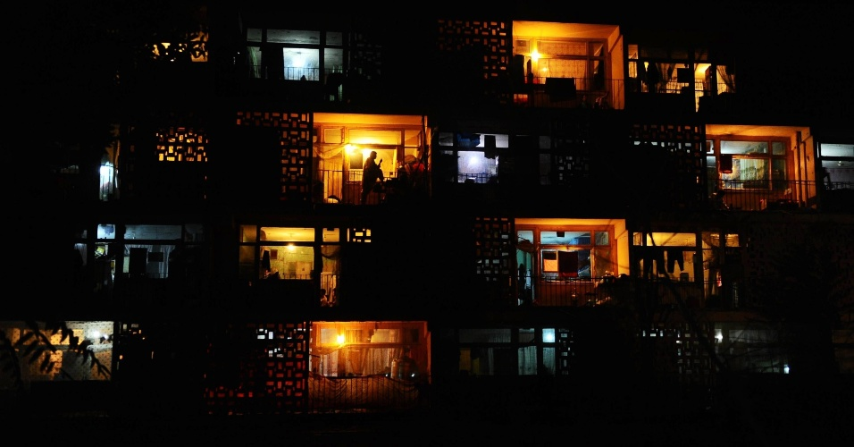 Varandas iluminadas em um prédio na cidade de Mazar-i-Sharif, no Afeganistão