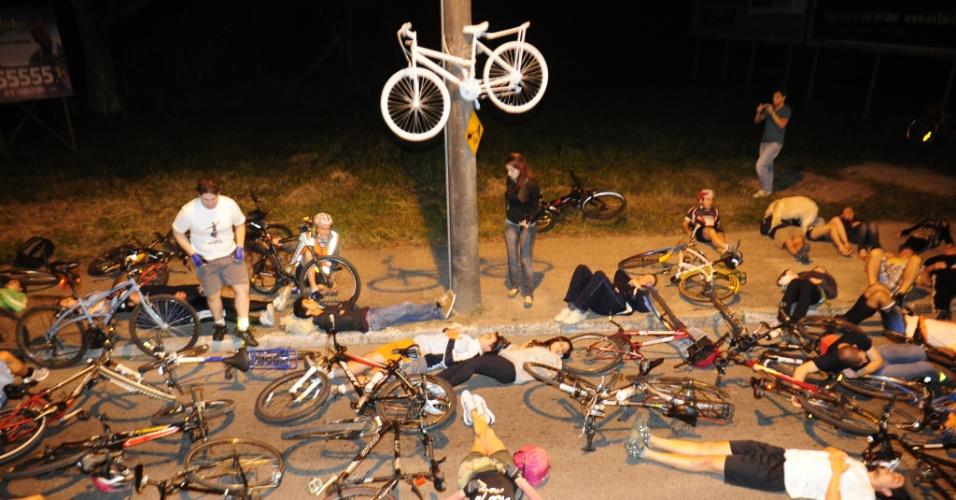06.set.2012 - A cidade de Florianópolis ganhou a sua sexta bicicleta fantasma na noite desta quarta-feira (5). A bicicleta, toda pintada de branco, é colocada em locais onde ciclistas sofreram acidentes e morreram. A nova bicicleta foi colocada em um poste na avenida Madre Benvenuta, no Bairro Santa Mônica, perto de uma parada de ônibus, em homenagem ao ciclista José Lentz Neto, 60, que foi atropelado na última sexta-feira (31). Cerca de 100 pessoas participaram da manifestação que teve um minuto de silêncio e interrompeu o trânsito. Os ciclistas aproveitaram para pedir a criação de uma ciclovia no local