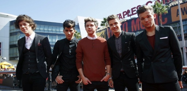 "A boy band One Direction é acusada de plagiar o The Clash na música ""Live While We're Young"""