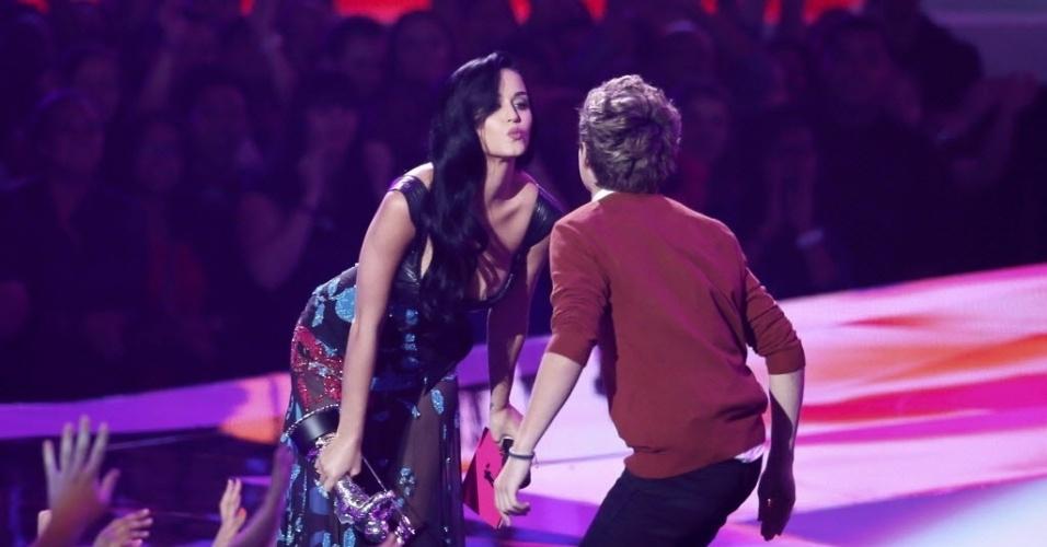 A cantora Katy Perry dá selinho em Nial Horan, membro do One Direction, ao receber o prêmio de melhor vídeo pop da música