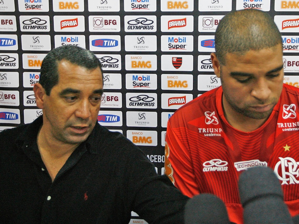 Adriano explica falta a treinamento do Flamengo ao lado do diretor de futebol Zinho