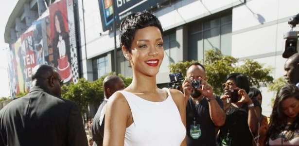 De vestido branco, a cantora Rihanna chega ao  MTV Video Music Awards 2012 em Los Angels