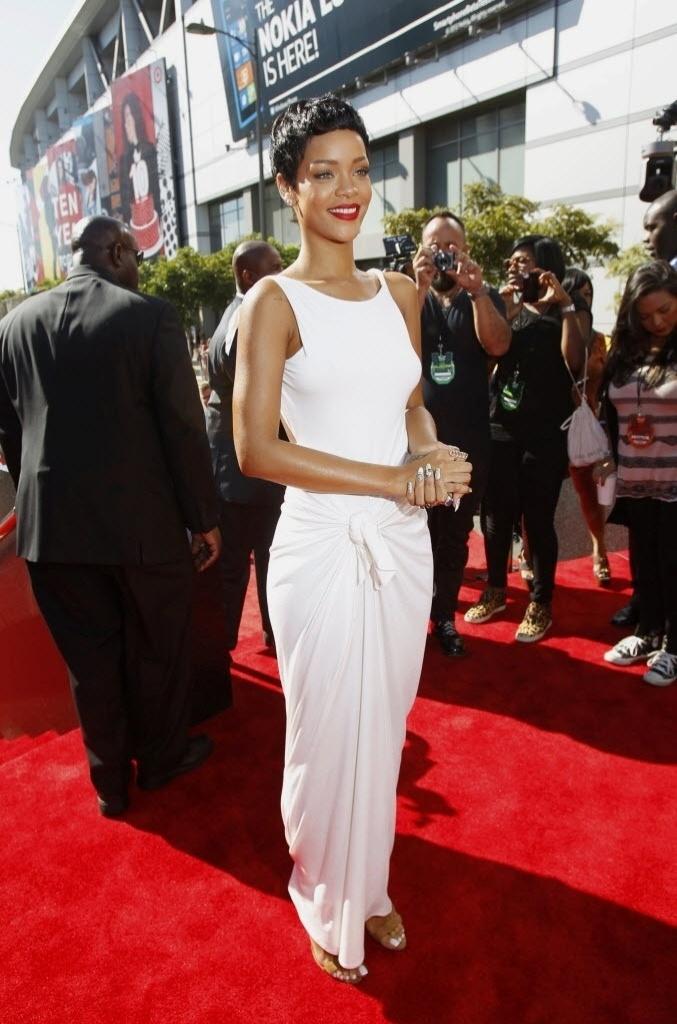 De vestido branco, a cantora Rihanna chega ao MTV Video Music Awards 2012 em Los Angels