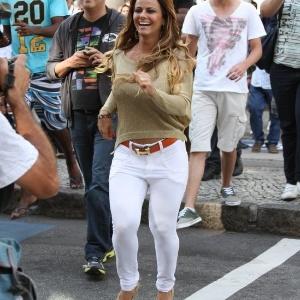 Do lado de fora do aeroporto, ritmistas da bateria do Salgueiro preparam uma festa para Viviane Araújo (6/9/12)
