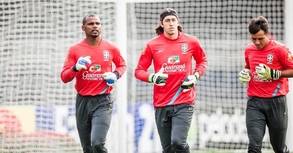 Jefferson, Cássio e Diego Alves, goleiros da seleção, se aquecem antes do treino no Morumbi