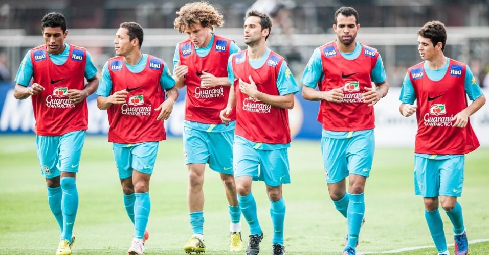 Jogadores da seleção correm no campo do Morumbi durante treino da seleção; Sandro volta de lesão
