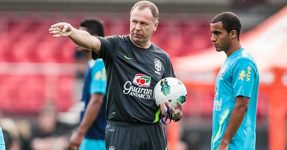 Mano Menezes gesticula e orienta o meia Lucas durante treino da seleção no Morumbi