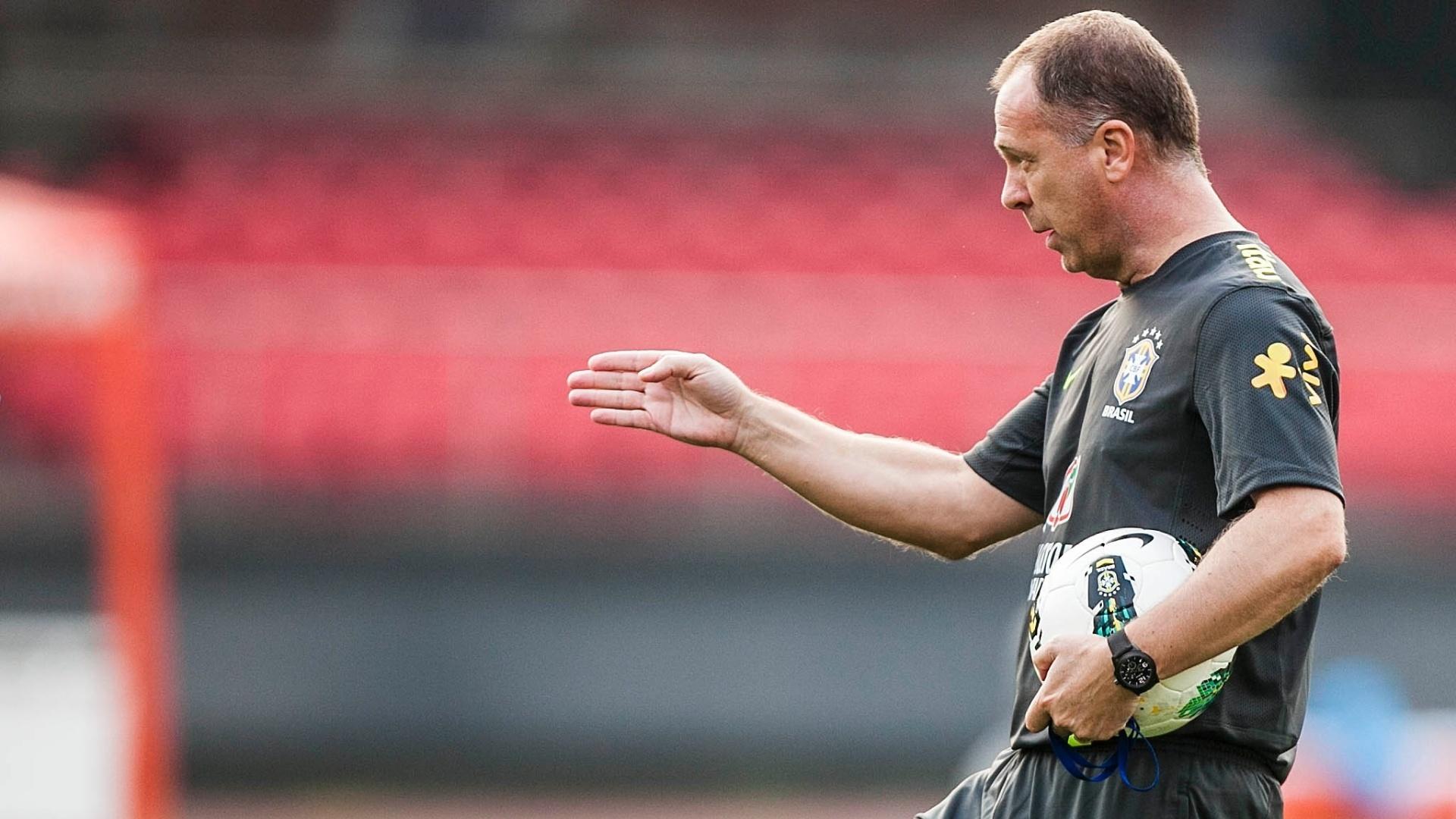Mano Menezes orienta o posicionamento de jogadores da seleção brasileira durante treino no Morumbi