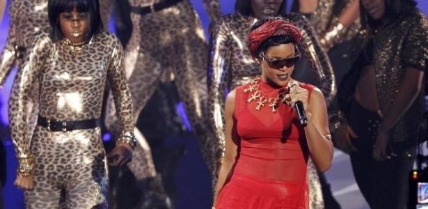 Rihanna faz apresentação da música