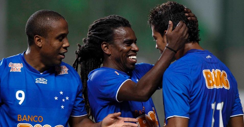 Tinga comemora gol contra Botaofo com seus companheiros de Cruzeiro (5/9/2012)