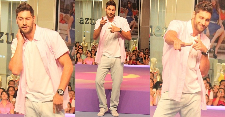Victor Pecoraro dança para plateia durante desfile em Belém (5/9/2012)
