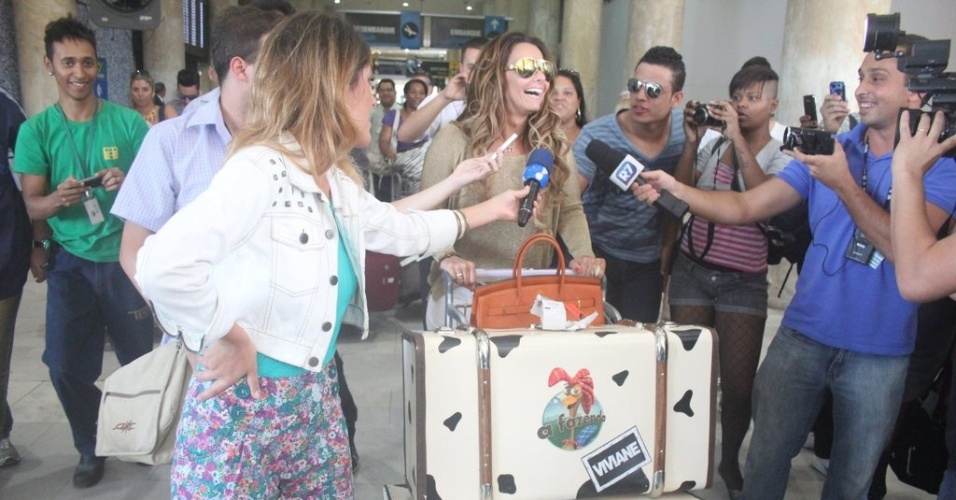 Vivi é assediada por repórteres no desembarque do aeroporto Santos Dumont, no Rio (6/9/12)