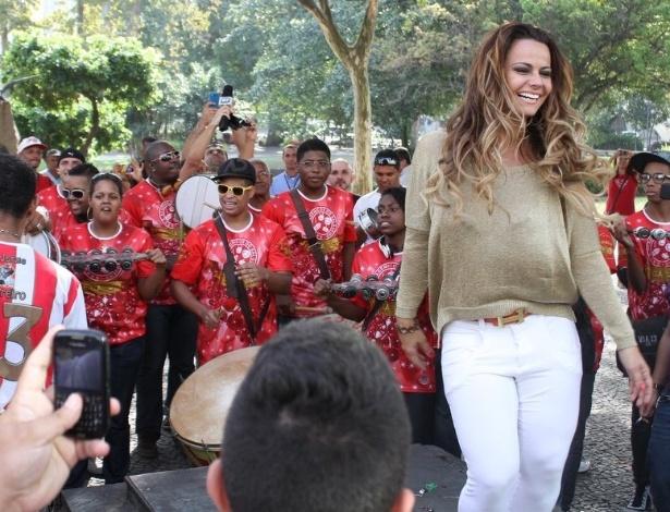 Viviane Araújo é recepcionada pela bateria do Salgueiro em seu retorno ao Rio (6/9/12)