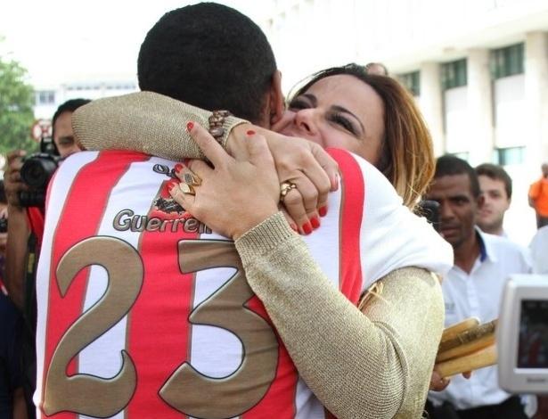 Viviane Araújo recebe um abraço de um dos ritmistas da escola, que fez uma homenagem à rainha de bateria (6/9/12)