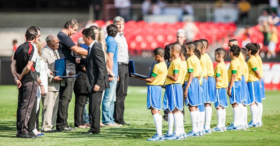 Antes de Brasil x África do Sul, campeões mundiais de 1958 receberam homenagem