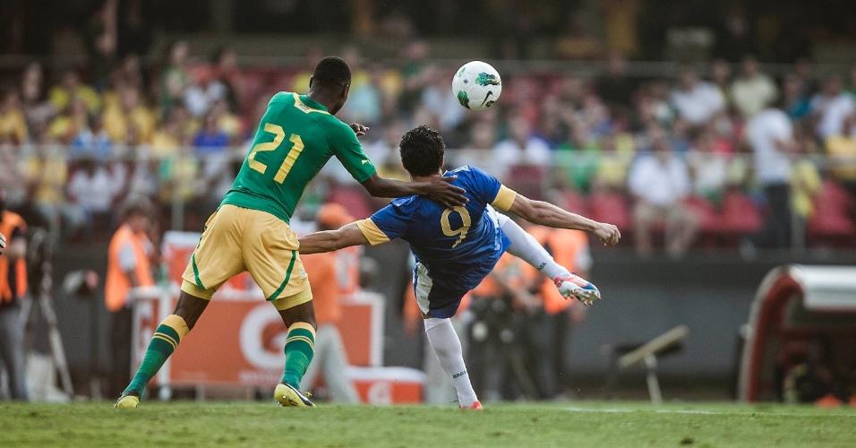 Atacante Leandro Damião tenta a jogada durante amistoso contra a África do Sul